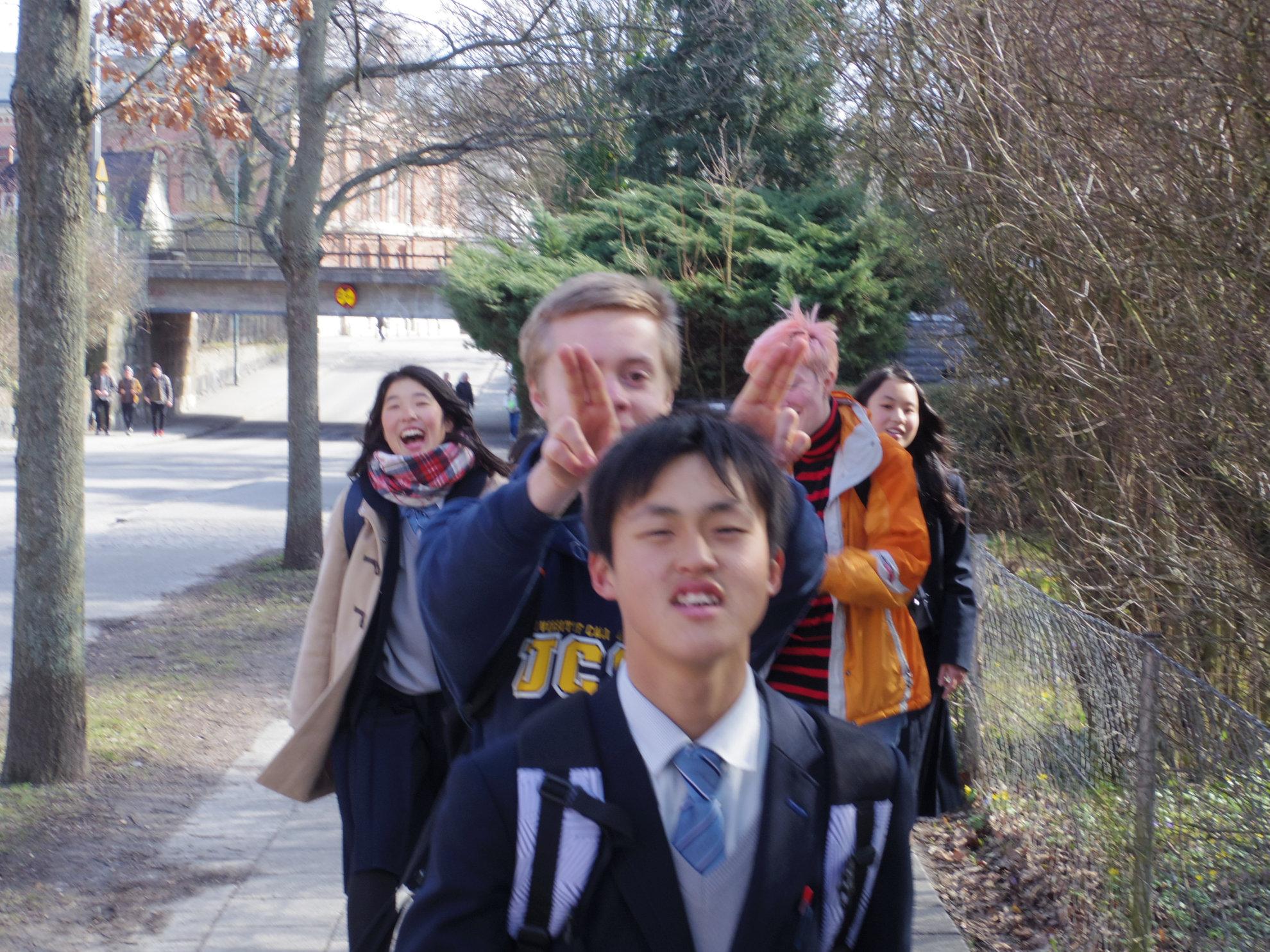 学校へ向かう生徒たち