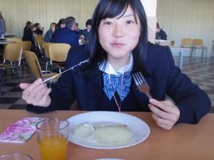 昼食はジャガイモの伝統料理「ツェペリナイ」